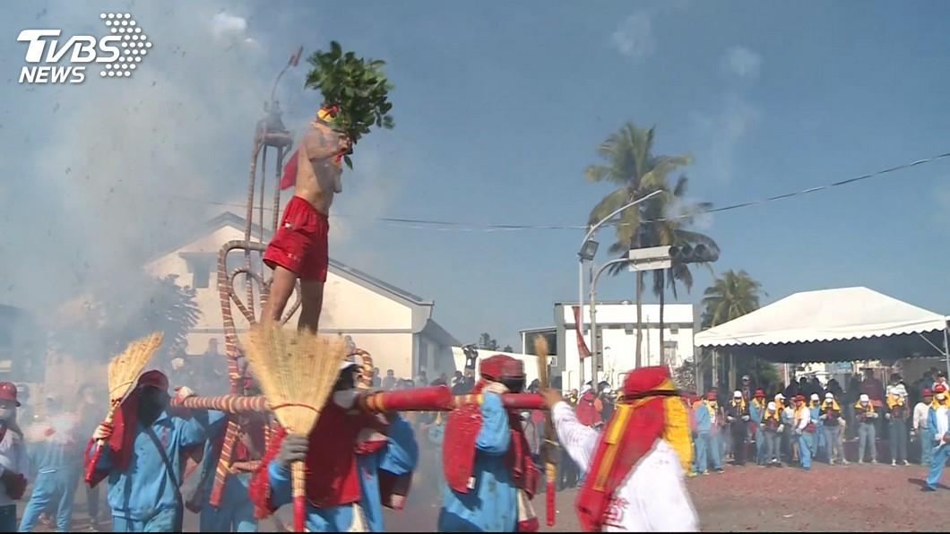 炸寒單爺不僅是台東縣重要文化資產,更是元宵節的重頭戲,獨特習俗每年吸引不少觀光客共襄盛舉。圖/TVBS