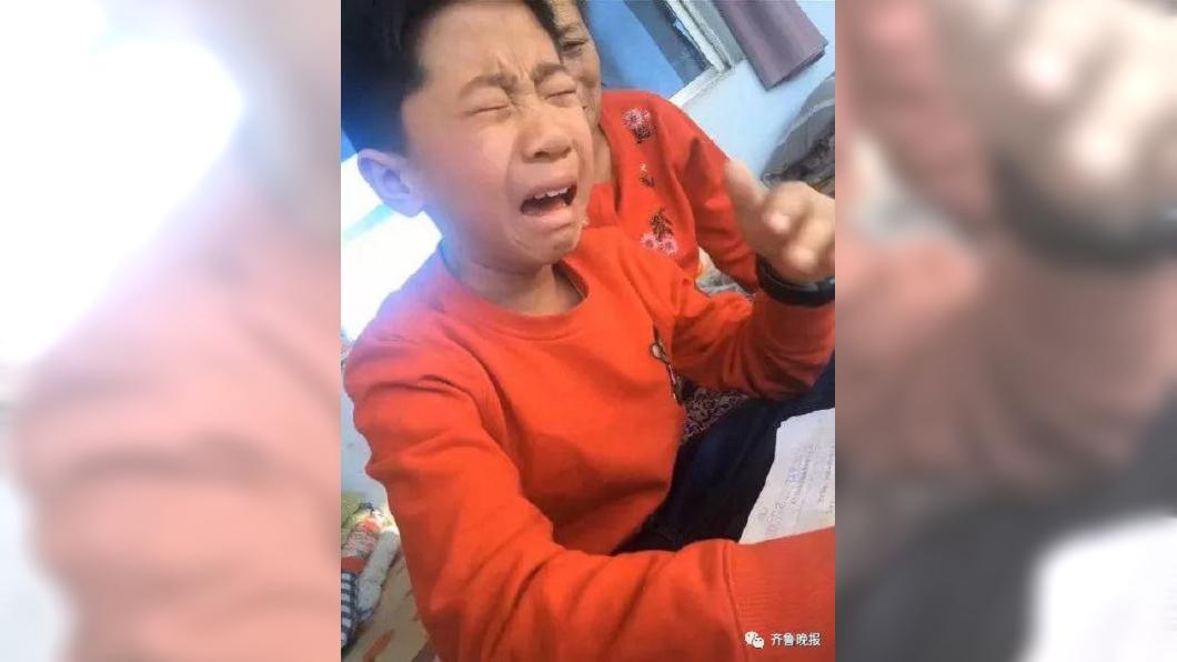 圖/翻攝自齊魯晚報 男童用「這筆」寫作業 快寫完字全消失崩潰爆哭