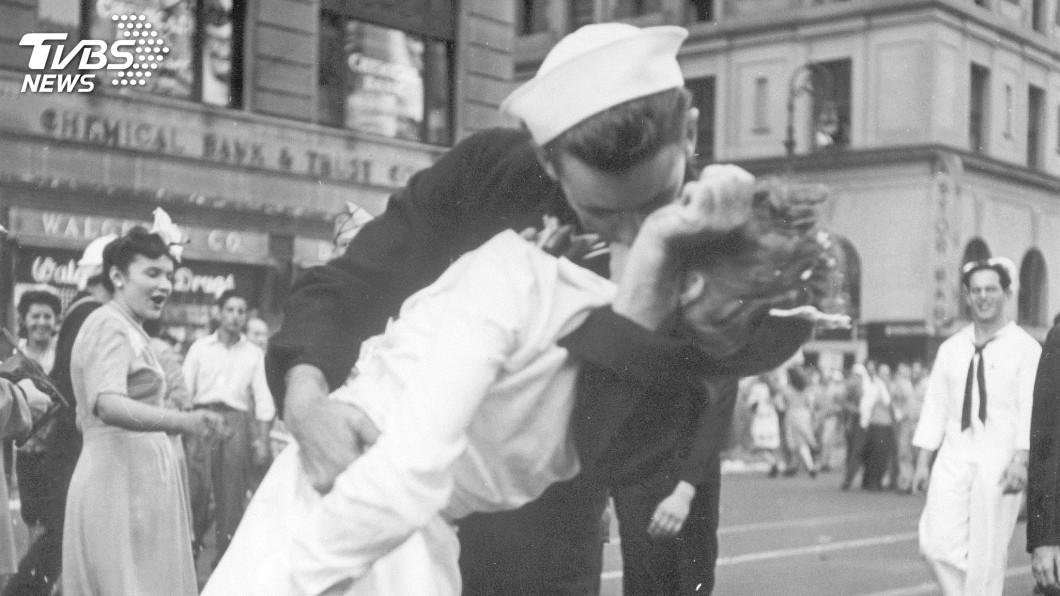 圖/達志影像美聯社 二戰勝利之吻照 水兵身分解謎過程曲折