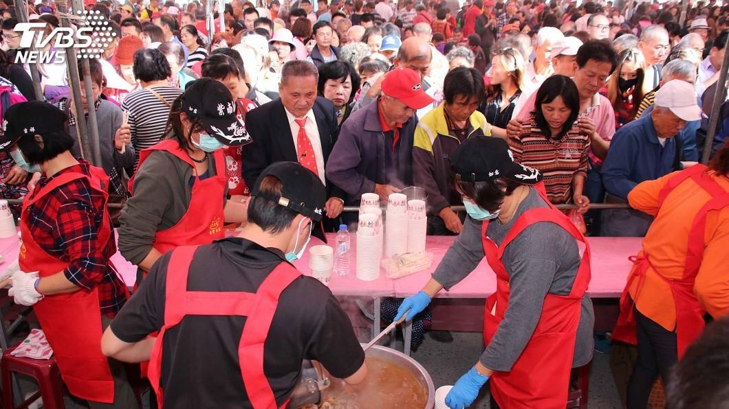 圖/中央社 紫南宮正月十六吃丁酒 10萬人開心「吃平安」