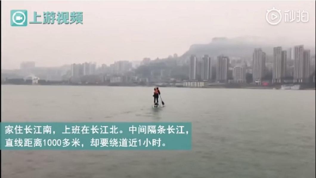 男子提到划槳渡江上班,時間只需要6分鐘左右就到了。(圖/翻攝自上游視頻/秒拍)