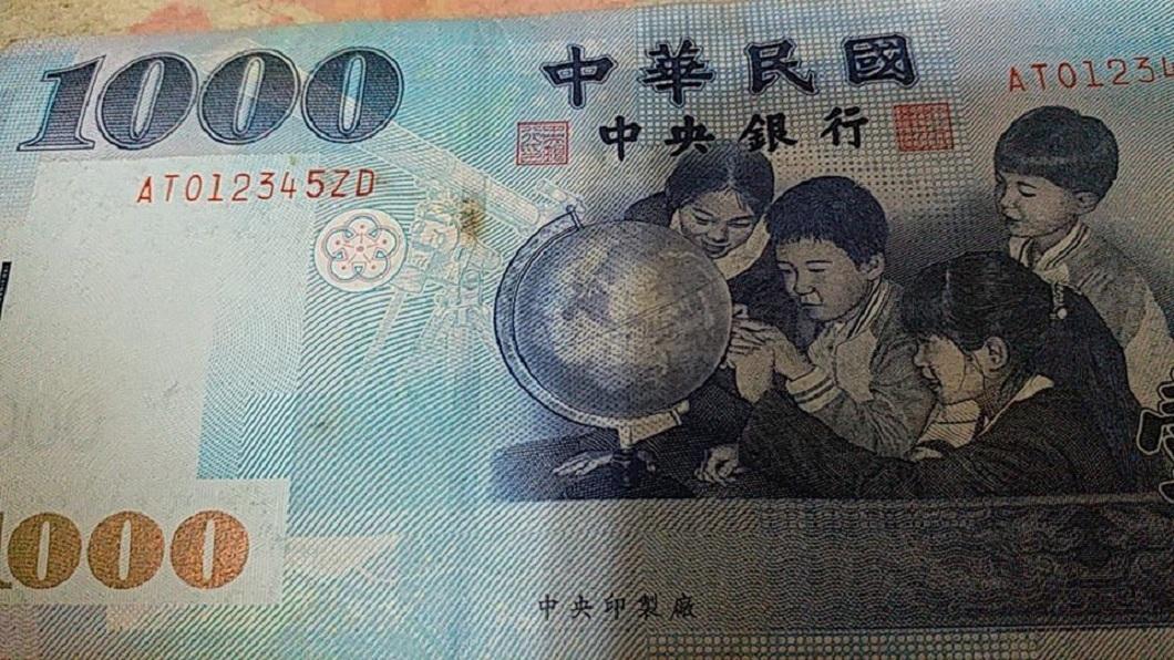 另外也有網友分享「012345」序號的千元大鈔。(圖/翻攝自爆怨公社)