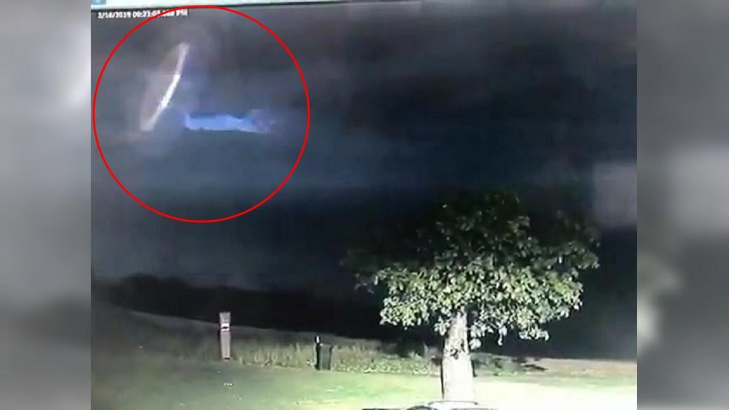 圖/翻攝自Broome Police推特 雷電交加突現神秘「白色光圈」 澳警驚呼:我們並不孤單