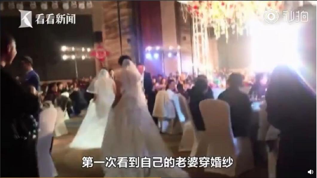 原來新人偷偷準備了一份大禮,要讓彼此的母親也穿上婚紗,一圓當年的夢想。(圖/翻攝自看看新聞)