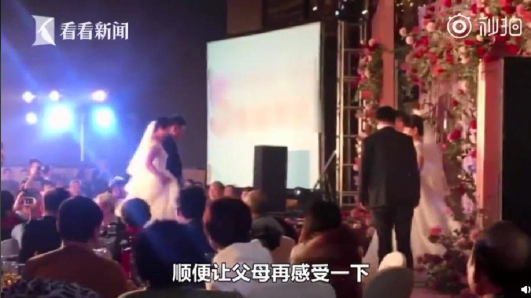 當時3對夫妻在台上,台下所有賓客都感動不已。(圖/翻攝自看看新聞)