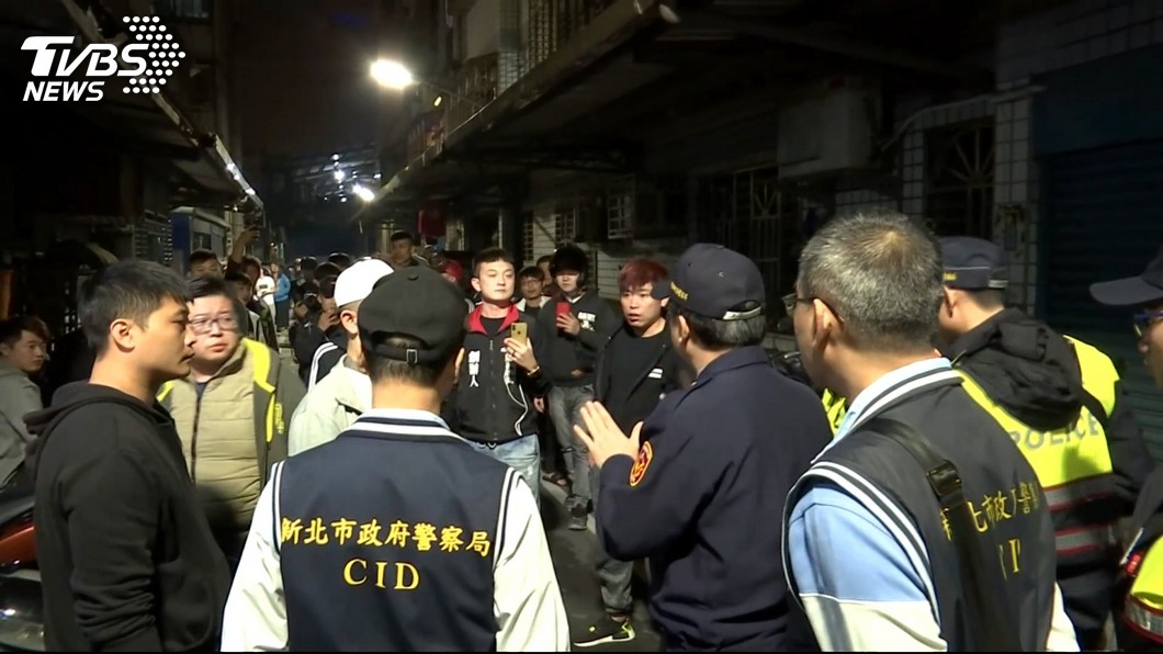 網友聚集在吳女住處樓下,揚言要討公道。圖/TVBS