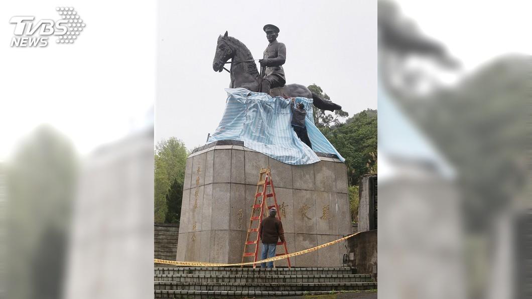 圖/中央社 政大蔣中正銅像遭破壞 警:已鎖定涉案人