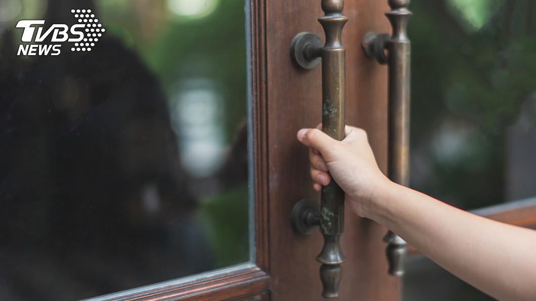 女網友因為太晚回家,慘遭女兒反鎖門外。示意圖/TVBS 慘被女兒放生!他倆困苦睡車上 網笑:超過門禁時間
