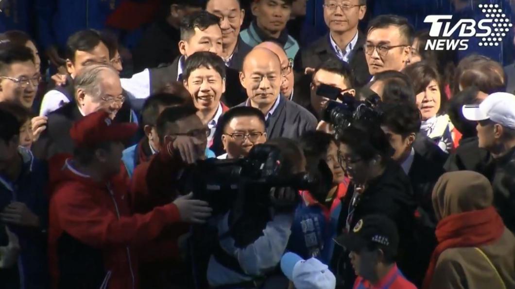韓國瑜花了近30分鐘才上台。圖/TVBS