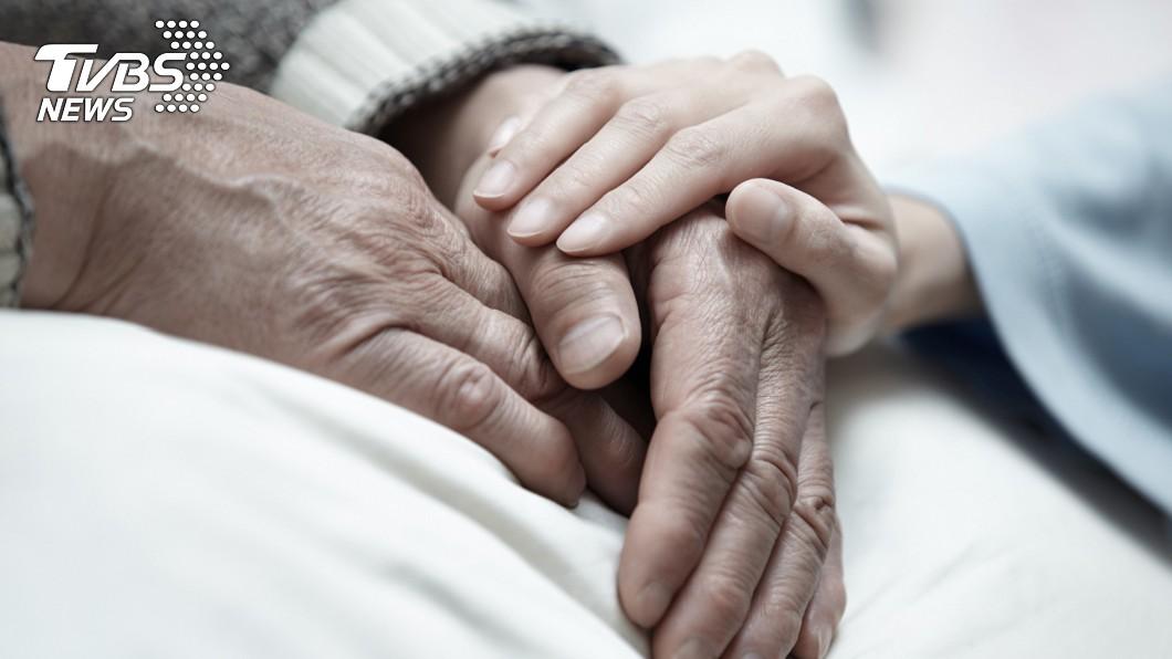 示意圖/TVBS 雙老悲歌!68歲阿北不捨妻猝死 安置在床伴屍1月