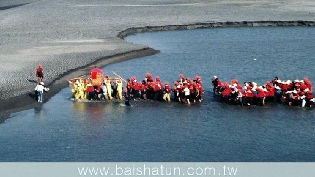 神轎人員和信眾在媽祖的指引下渡河成功。(圖/翻攝自白沙屯媽祖婆網站)