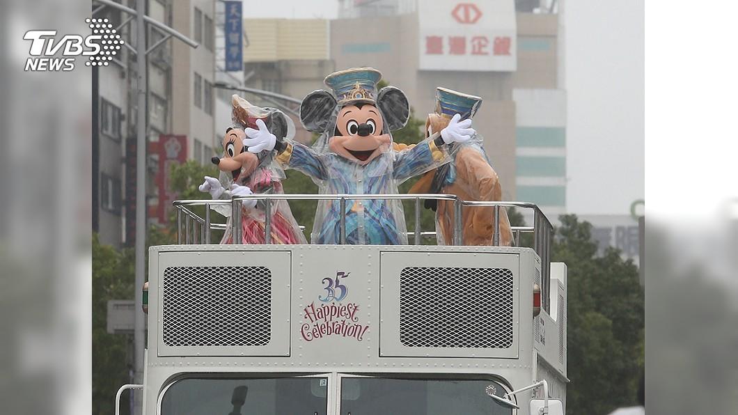 圖/中央社 迪士尼花車僅1台 逛花燈民眾:有點落漆