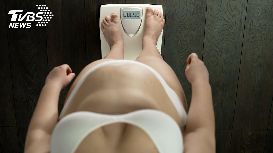 女子2年來吃全素,嚴重缺鈣,體重不減反增。示意圖/TVBS 豆、奶都禁口!女吃全素「爆肥7公斤」 醫師:缺鈣造成