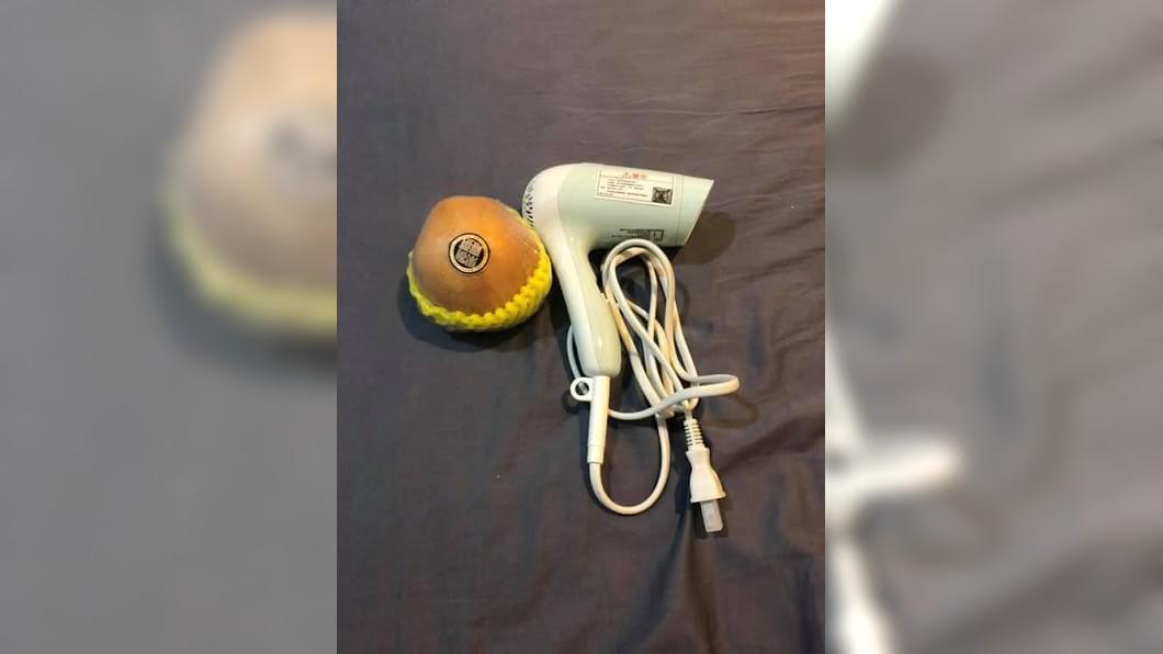 有網友分享朋友網購一支負離子吹風機,沒想到收到貨打開一看讓她傻眼。(圖/翻攝自爆廢公社)