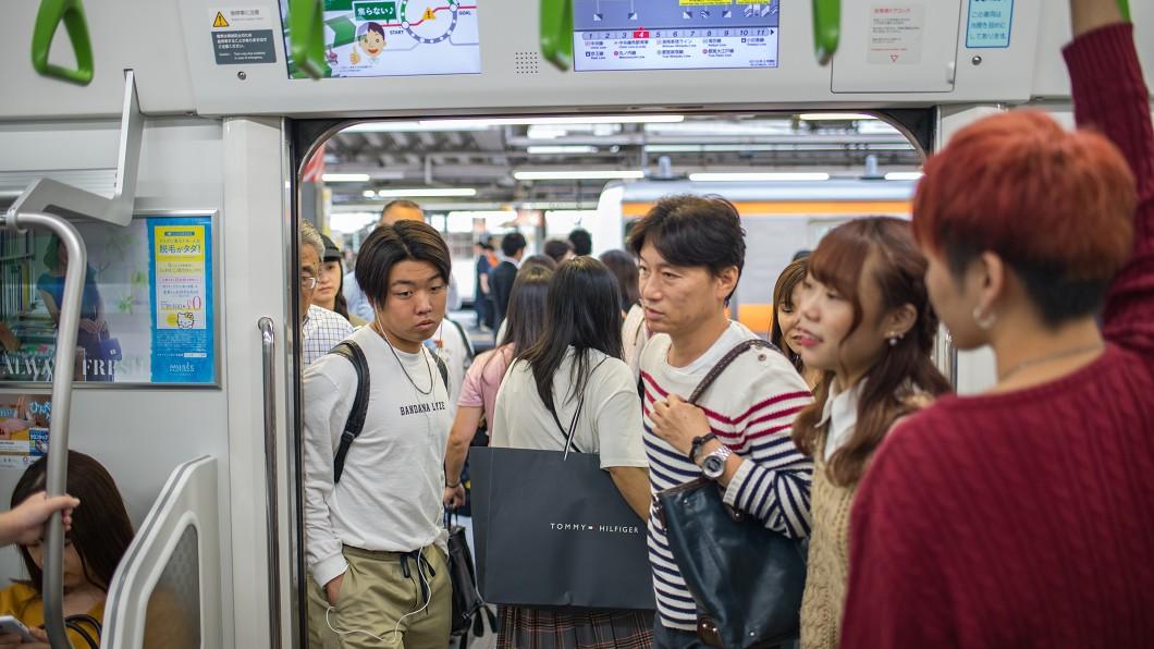 示意圖/TVBS 超糗!搭地鐵外套慘夾 男苦笑求救「已經被夾11站了」