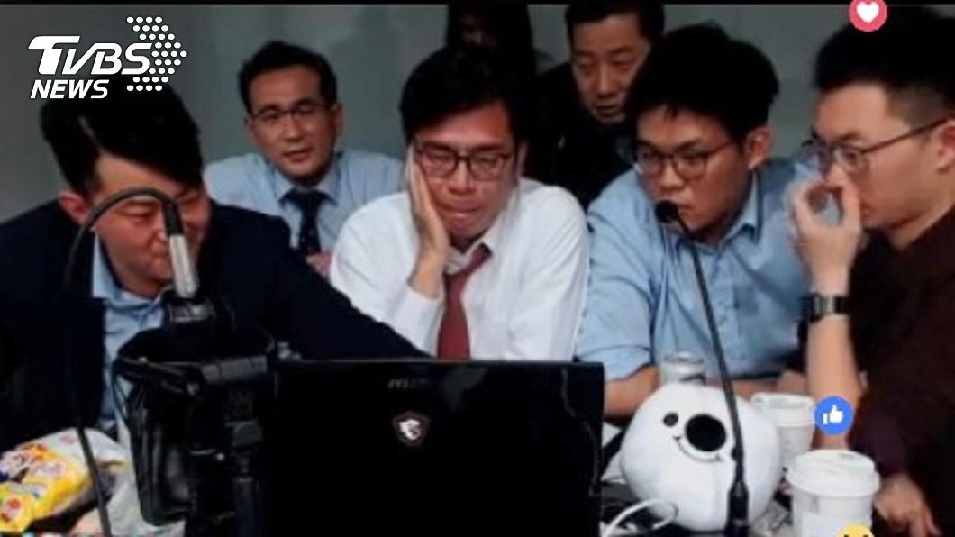 行政院副院長陳其邁(左二)、主播視網膜(右一)、立委鄭運鵬(左一)、網紅星期天(右二)一起直播玩《還願》。圖/擷取自陳其邁臉書 陳其邁直播玩《還願》卡關 蘇貞昌急催:玩快一點