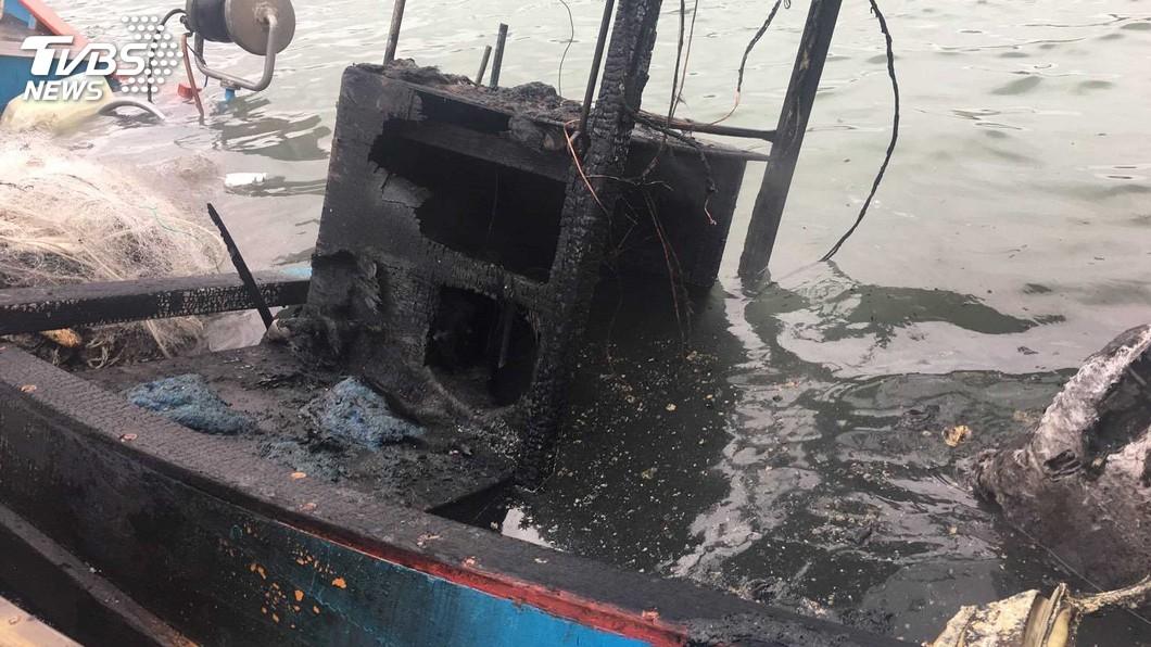 圖/中央社 竹圍漁港漁船突遭無名火吞噬 幸無人傷亡