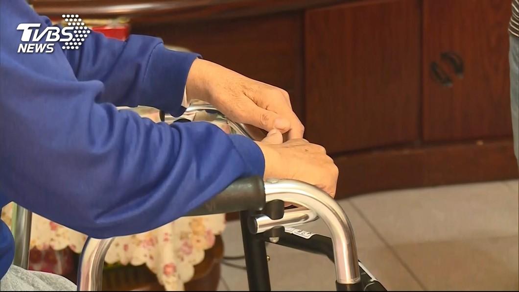 台北市一名97歲老翁慘遭媳婦虐待2天致死。(示意圖/TVBS,圖中人物非當事人) 97歲公公不肯午睡 狠媳沖他冷水噴殺蟲劑虐死