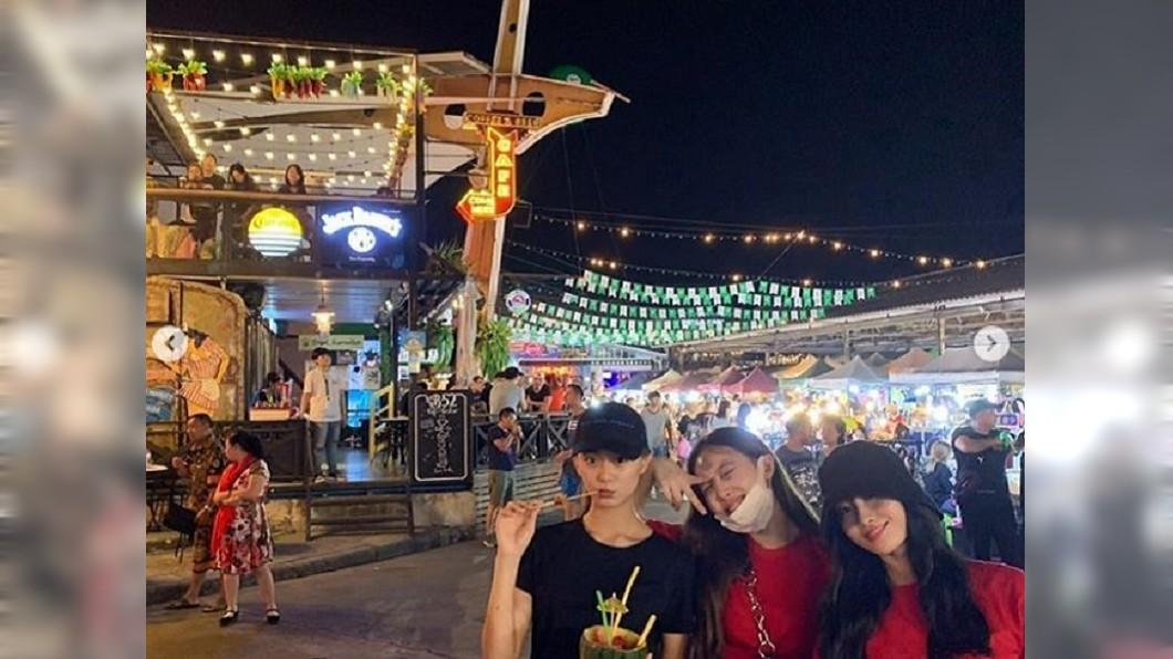 周子瑜(左一)與團員逛當地夜市。/翻攝自IG