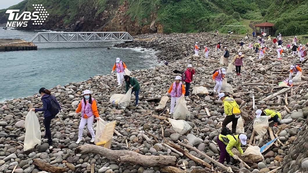 圖/中央社 驚人!龜山島重開放前淨灘 短短1小時清出2噸垃圾
