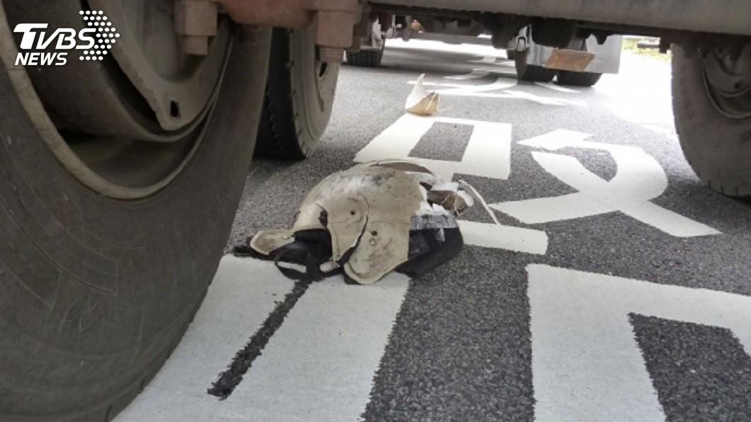 一名男子幫腦麻女兒拿藥回家途中,不慎遭大貨車輾斃。(圖/中央社,TVBS)