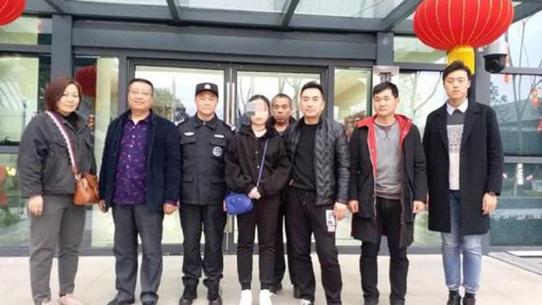 重慶警方調查後,通知少女的家人過來接她。(圖/翻攝自陸網)