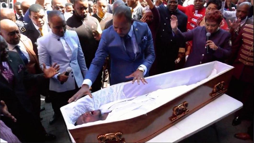 南非一名牧師在眾目睽睽下,展現他的「起死回生」之術。(圖/翻攝自臉書粉絲團) 驚!牧師表演「起死回生」術 下一秒殯儀館崩潰提告
