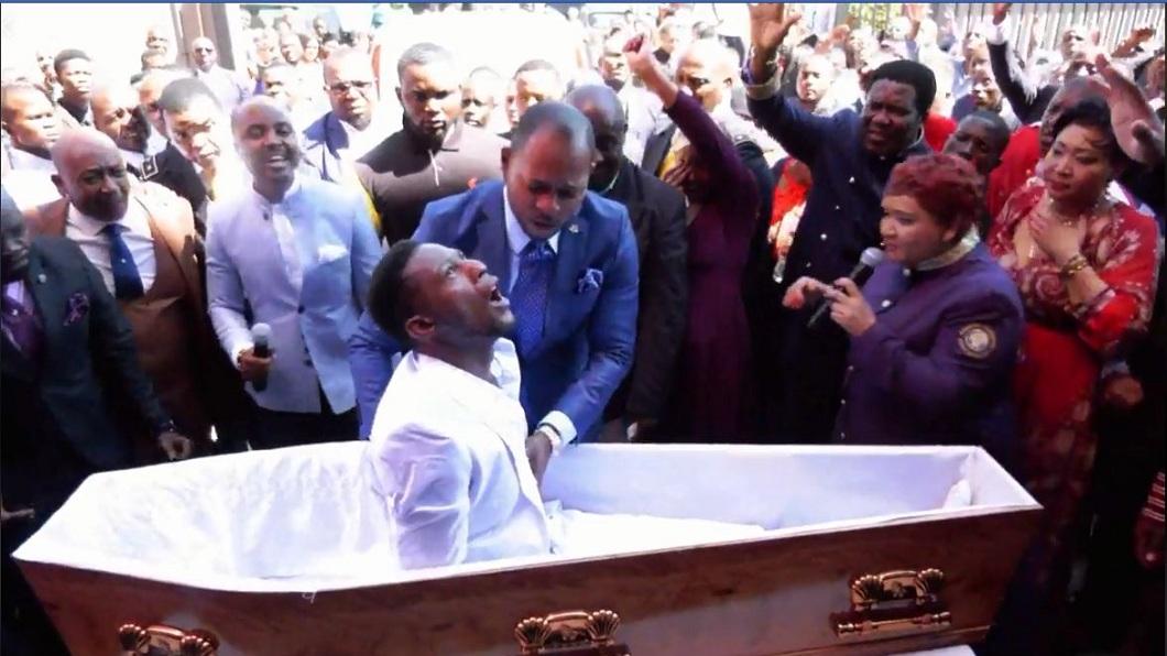 該名牧師口中唸唸有詞,並且做出疑似招魂的手勢,躺在棺木的男子竟然坐起身來。(圖/翻攝自臉書粉絲團)