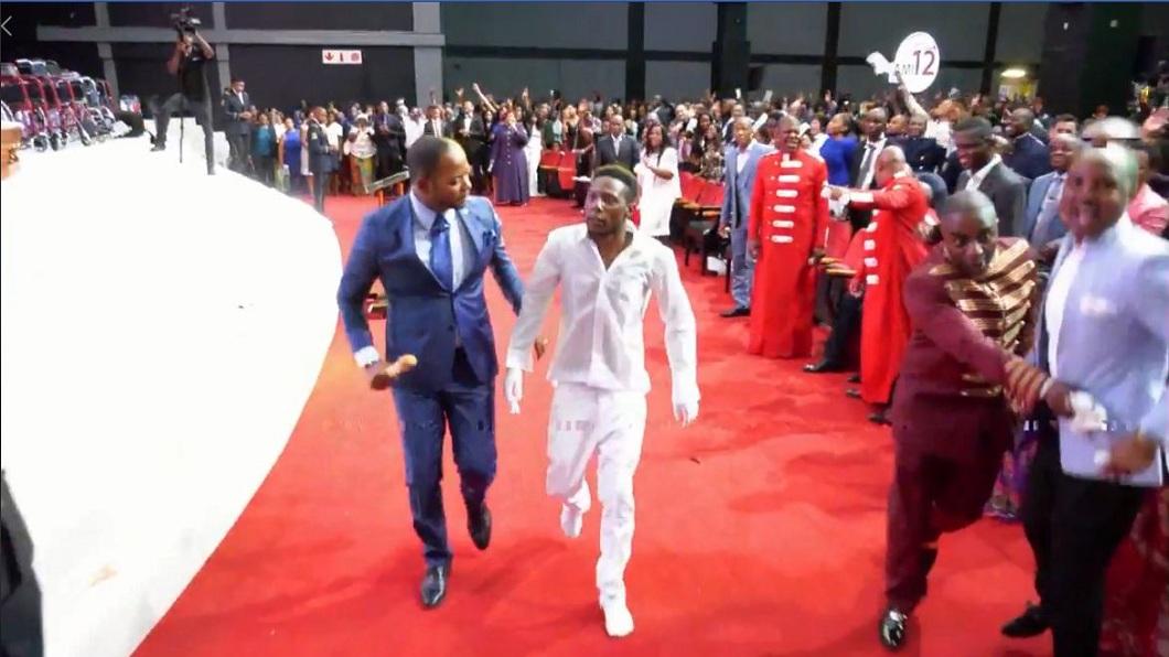該名牧師就陪在這名復活者身邊,接受眾人的熱烈歡呼。(圖/翻攝自臉書粉絲團)