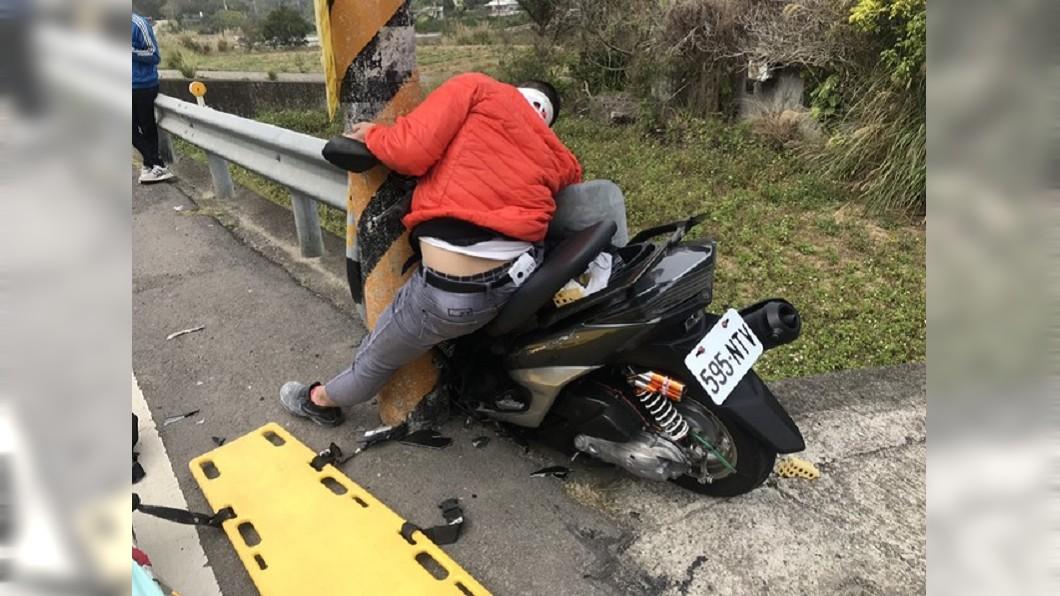 圖/翻攝畫面 這樣也進的去?騎士高速過彎連人帶車卡窄縫昏迷