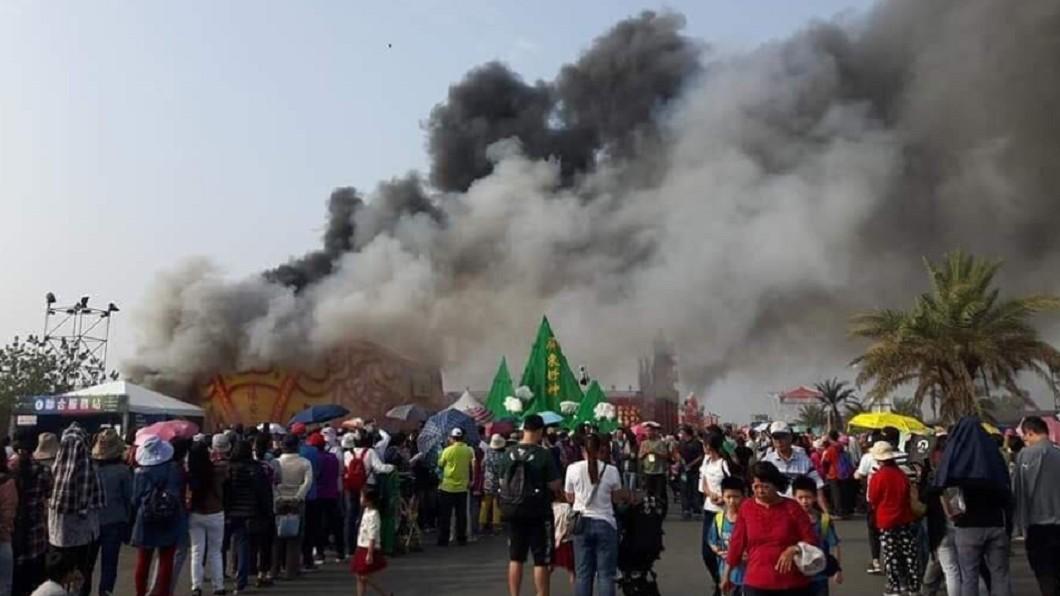 圖/翻攝爆料公社 「大鵬灣燒起來了!」台灣燈會傳火警 濃煙沖天畫面曝