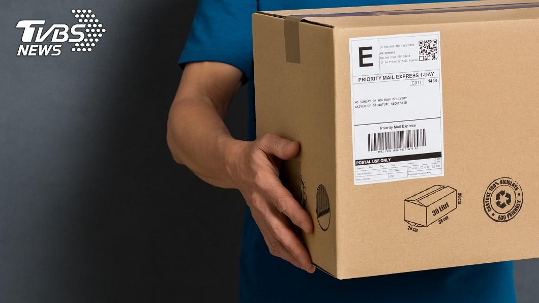 示意圖/TVBS 超商「棄單包裹」夜市秤重賣 民眾:300元買到名牌包