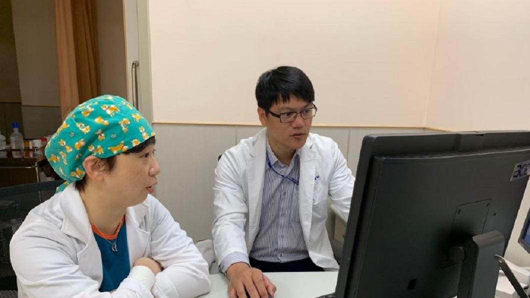 大腸直腸肛門外科主治醫師黃郁純(左)與外科部主治醫師古君平(右)協助癌症女病患轉診,丈夫聽聞爆哭。圖/中醫大新竹附醫 終於不用奔波!暖醫助癌女回鄉治療 夫淚灑診間