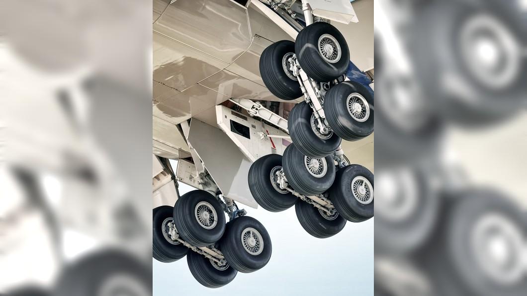 14歲少年躲飛機起落架摔死。示意圖/TVBS 夢想看世界…14歲少年躲飛機起落架 拋60m高空亡