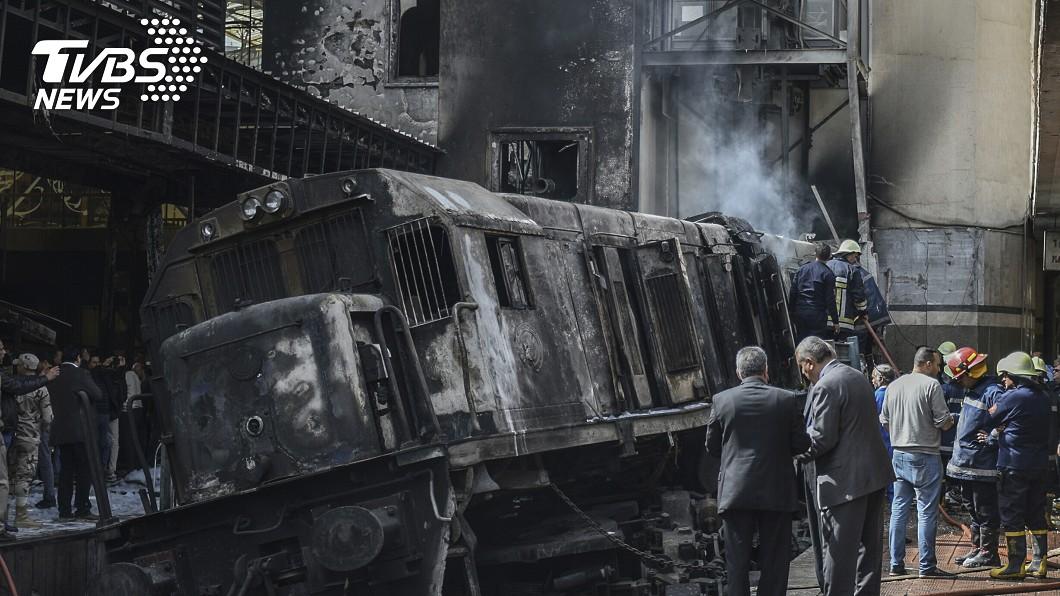 圖/達志影像美聯社 開羅火車爆炸陷火海 遺體被噴飛至少25死