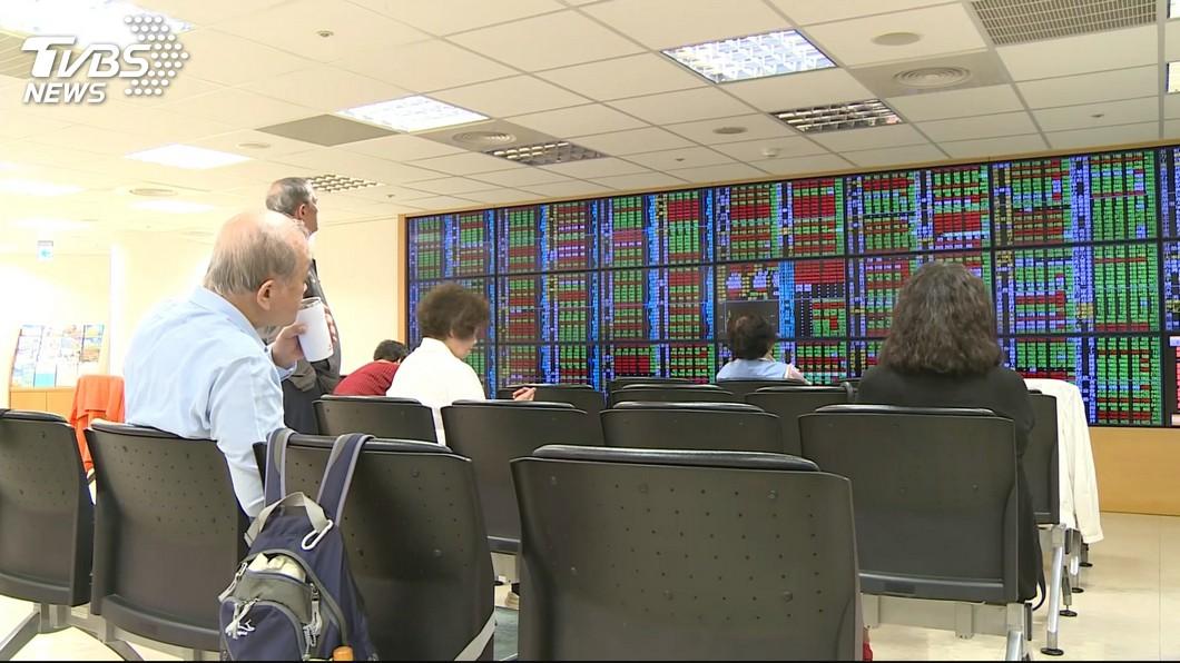 圖/TVBS 道瓊大漲1351點 台股早盤漲218點挑戰萬點