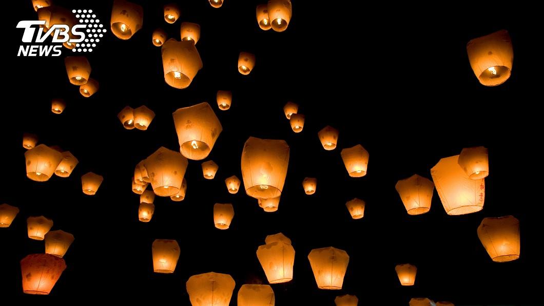 示意圖/TVBS 撿3百公斤天燈殘骸 外國人心痛「別再放了」