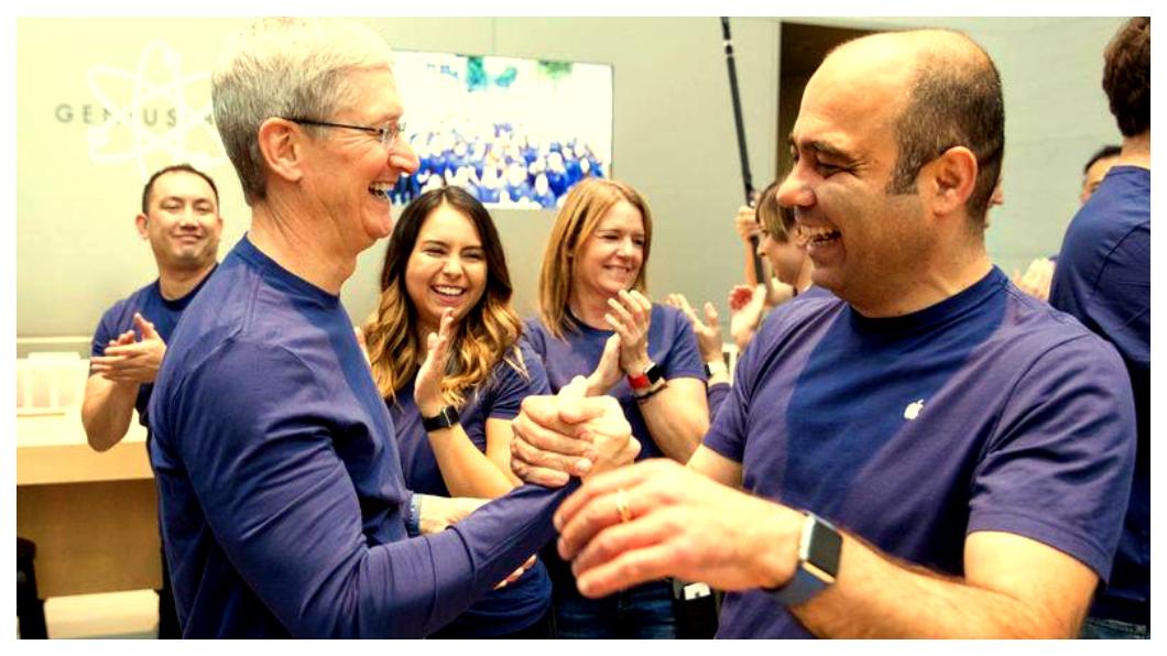 庫克(左二)近來首度坦承iPhone因定價過高,並主導一波蘋果高層主管大換血,不僅直接開除Siri部門負責人,當初由庫克高調迎進的零售部門負責人Angela Ahrendts,也將在3月底前離職,一般預料,未來iPhone售價勢將調整到更親民。近年團隊斥巨資全力研發iPhone所能帶來的各種「服務」,例如拍片,開設原創節目,提供影音服務,以及Apple Pay等金融支付,希望挽救頹勢,替代iPhone成為下一個蘋果電腦成長引擎。   圖/中央社