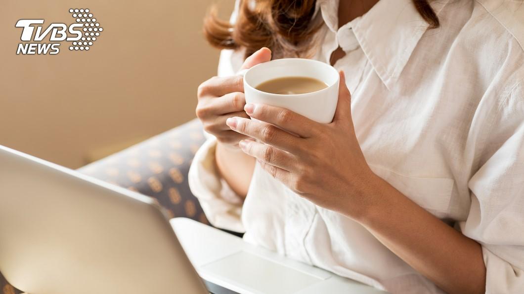 咖啡雖然有提升精神效果,但醫師提醒每日應適量飲用咖啡因。示意圖/TVBS 咖啡天天當水喝 OL得流感咳斷3根肋骨