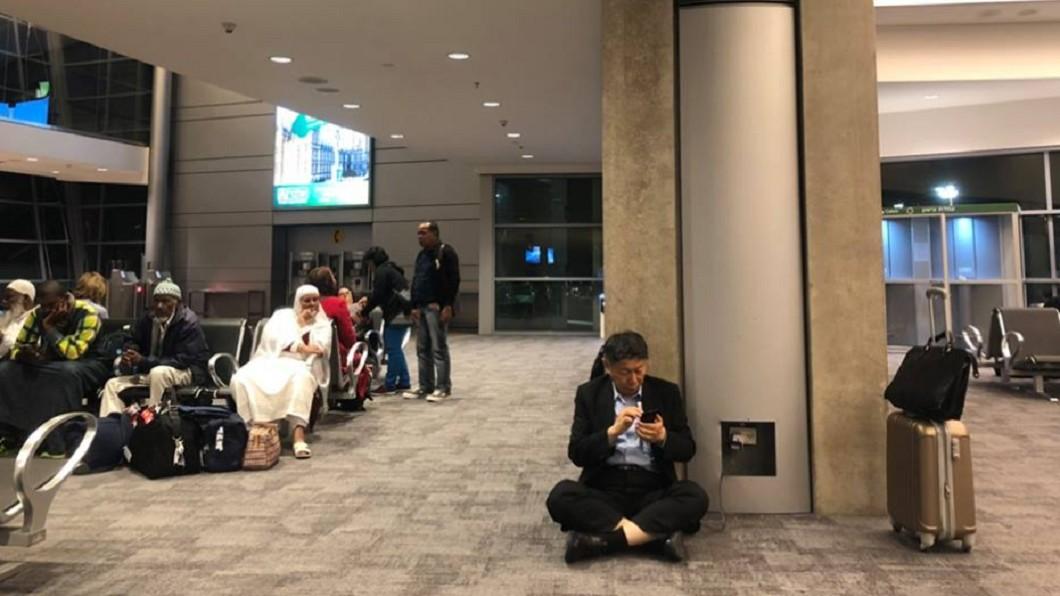 圖/翻攝柯文哲臉書 有空位卻坐地板?柯P這照片惹議 網轟:丟臉丟到國外
