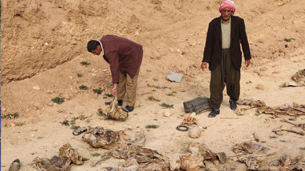 圖/翻攝自推特 碎骨四散布包無頭屍 伊斯蘭國亂葬崗滿是性奴遺體
