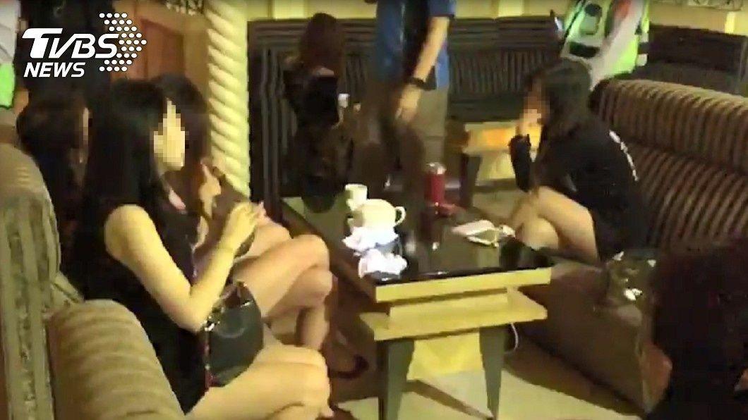 不少酒店小姐身著火辣低胸服裝,淡定接受警方臨檢。圖/TVBS 高市出動60警掃蕩臨檢 酒店爆乳妹淡定補妝