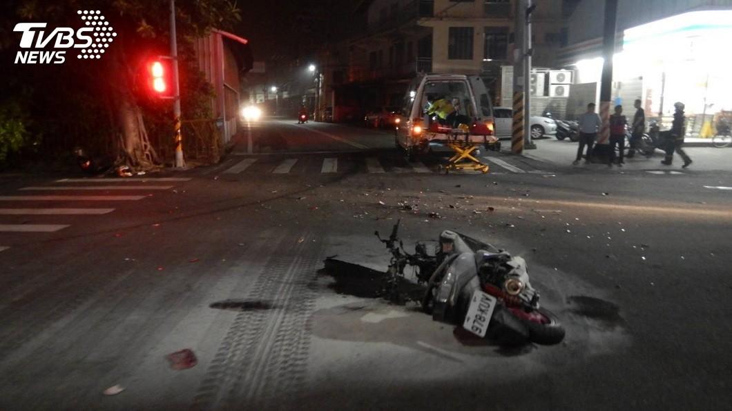 台中市清水區2日晚間發生一起機車撞上救護車的車禍。(圖/TVBS) 救護車要左轉…機車直接撞上 騎士彈飛睪丸破