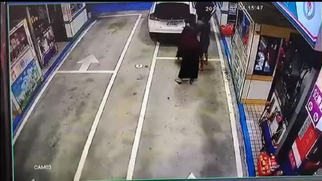 男子疑似想在女友面前展現自己的英雄氣概,對加油員動手。(圖/翻攝自爆料公社)