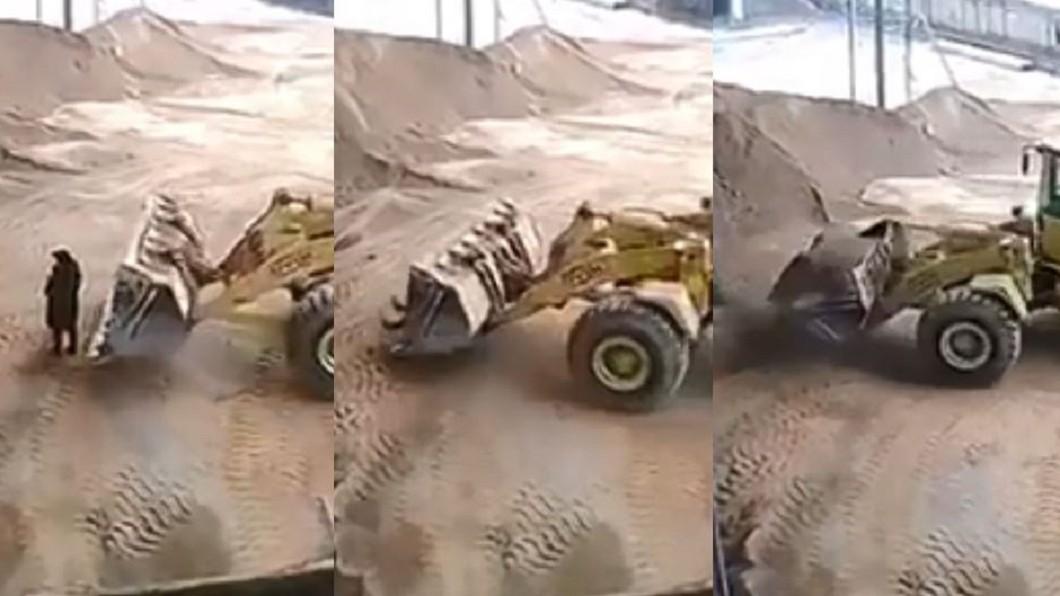 女子被推土機鏟起,倒進砂石粉碎機。圖/翻攝自臉書 驚悚!女站視線死角 慘遭鏟起丟進「粉碎機」