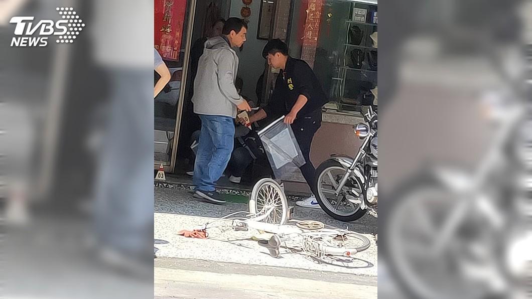 宜蘭縣一名男子今持西瓜刀行搶銀樓,見老闆跑出店外,該名搶匪也跟著逃了。圖/TVBS