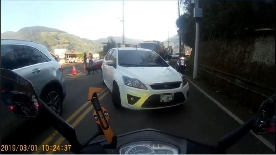 轎車倒退一段距離後,最後乖乖地回到它的車道排隊上山。(圖/翻攝自臉書社團「北宜公路幹譙版」)