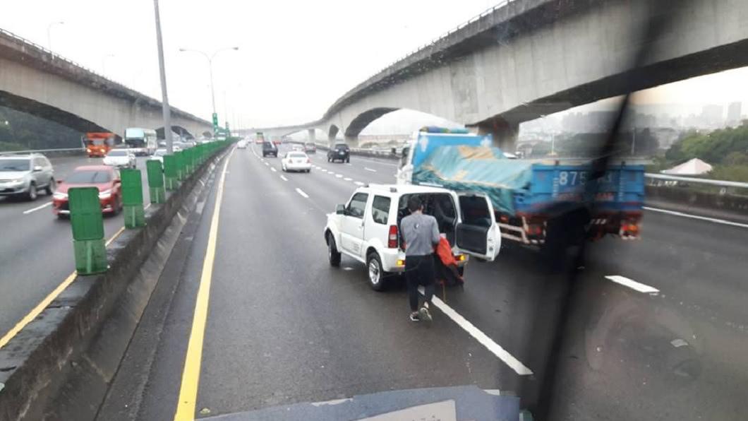 有民眾行駛國道時,發現有小花貓被輾斃,有好心駕駛停車幫忙處理。(圖/翻攝自爆廢公社二館)