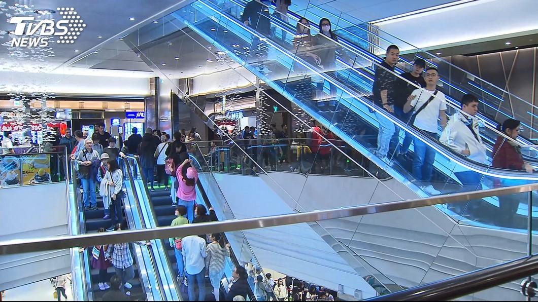 許多百貨公司都會設置手扶梯供民眾上下樓。(示意圖/TVBS) 逛台南百貨…搭手扶梯驚「少2層樓」 網曝:鬼抽樓