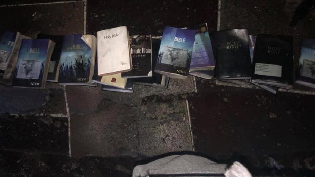 美國西維吉尼亞州一處教堂日前發生大火,現場幾乎燒光殆盡,但裡面10多本聖經卻是毫髮無傷。(圖/翻攝自Coal City Fire Department臉書粉絲團) 神蹟降臨?教堂遭無情祝融吞噬 聖經十字架竟完好無傷